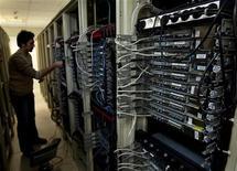 """La Commission européenne s'est déclarée mardi """"préoccupée"""" par la révélation du programme secret Prism de surveillance des données téléphoniques et numériques des services secrets américains, auxquels elle demande des """"éclaircissements"""". /Photo d'archives/REUTERS/Caren Firouz"""