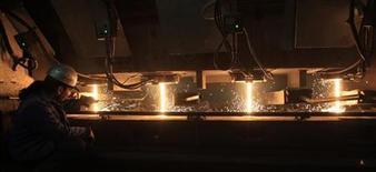 Рабочий в цеху сталелитейного комбината компании Lech-Stahlwerk в Майтингене 9 октября 2012 года. Экономика Германии растет во втором квартале быстрее, чем в первом, так как фабрики выпускают больше продукции, а спрос на немецкие промышленные товары растет, сообщило во вторник министерство экономики. REUTERS/Michaela Rehle