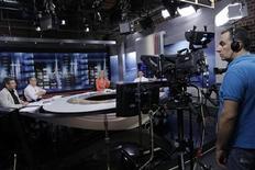 Cinegrafista filma a apresentadora Elli Stai (centro) durante boletim de notícias na sede da emissora ERT em Atenas, na Grécia, nesta terça-feira. 11/06/2013 REUTERS/John Kolesidis