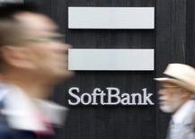 Men walk past a SoftBank Corp branch in Tokyo June 11, 2013. REUTERS/Yuya Shino