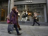 Inditex, propriétaire de l'enseigne Zara et numéro un mondial du prêt-à-porter, annonce un résultat net trimestriel en hausse de 1,2%, la plus faible croissance de son bénéfice depuis quatre ans du fait du temps frais en Europe et d'effets de change négatifs. /Photo d'archives/REUTERS/Andrea Comas