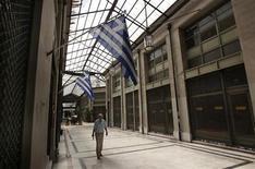 Le fournisseur d'indices MSCI a sévèrement déclassé la Grèce en lui redonnant un statut de pays émergent, avec une pondération bien plus faible que lorsqu'elle avait quitté cette catégorie il y a 12 ans pour intégrer l'indice des pays développés. /Photo d'archives/REUTERS/John Kolesidis