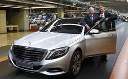 Dieter Zetsche (L), CEO of German carmaker Daimler, and Mercedes production boss Andreas Renschler pose with a new Mercedes-Benz S400 hybrid car in Sindelfingen near Stuttgart, June 12, 2013. REUTERS/Michaela Rehle