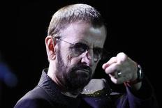"""O ex-Beattle Ringo Starr se apresenta no Centro de Convenções Ulysses Guimarães, em Brasília. Ringo Starr, ex-baterista dos Beatles, revela flagrantes da sua atividade artística em uma nova exposição, intitulada """"Ringo: Peace & Love"""" (Ringo: paz e amor), que começou na terça-feira no Museu do Grammy, em Los Angeles. Ringo Starr, ex-baterista dos Beatles, revela flagrantes da sua atividade artística em uma nova exposição, intitulada """"Ringo: Peace & Love"""" (Ringo: paz e amor), que começou na terça-feira no Museu do Grammy, em Los Angeles. 18/11/2011. REUTERS/Ueslei Marcelino"""
