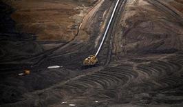 Les grandes entreprises pétrolières et minières européennes ou cotées sur les marchés européens, tout comme celles qui œuvrent dans l'exploitation des forêts primaires, devront publier d'ici deux ans un rapport annuel sur les sommes versées aux gouvernements des pays où elles opèrent. /Photo prise le 13 mai 2013/REUTERS/Petr Josek