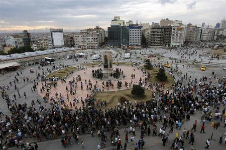 Protesters arrive in the late afternoon at Istanbul's Taksim square June 12, 2013. REUTERS/Yannis Behrakis