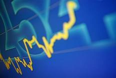 График индекса Hang Seng на табло биржи в Гонконге 19 сентября 2011 года. Всемирный банк сократил прогноз мирового роста, указав, что экономика будет расширяться в этом году более медленно, чем в прошлом из-за более глубокой, чем ожидалось, рецессии в Европе и спада на некоторых развивающихся рынках. REUTERS/Tyrone Siu