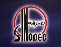 Логотип Sinopec на пресс-конференции в Гонконге 30 марта 2009 года. Крупнейший российский независимый производитель газа Новатэк близок к подписанию с китайской Sinopec соглашения о ее вхождении в проект строительства завода по сжижению природного газа на Ямале, сказал Рейтер источник, близкий к переговорам. REUTERS/Bobby Yip