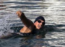 Nadadora de longa distância australiana Chloe McCardel começa sua tentativa para nadar da Flórida até Havana. A nadadora australiana Chloe McCardel sofreu na quarta-feira uma grave queimadura por águas-vivas e desistiu de se tornar a primeira pessoa a atravessar a nado, sem uma gaiola antitubarões, o estreito marítimo de 106 quilômetros que separa Cuba da Flórida. 12/06/2013 REUTERS/Desmond Boylan