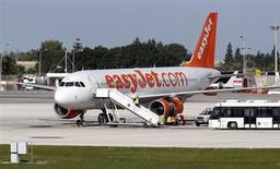 Selon des sources au fait du dossier, Airbus est à un stade avancé de discussions avec la compagnie aérienne à bas coûts easyJet en vue d'une commande de 10 milliards de dollars (7,6 milliards d'euros) portant sur au moins 100 avions. Si les pourparlers devaient aboutir à un accord, ce serait un coup dur pour Boeing, qui avait espéré faire revenir la compagnie vers ses avions. /Photo prise le 21 janvier 2013/REUTERS/Darrin Zammit Lupi