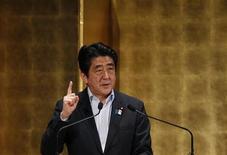 Премьер-министр Японии Синдзо Абэ выступает с речью на семинаре в Токио, 5 июня 2013 года. Правительство Японии приняло в пятницу комплекс мер по стимулированию экономического роста, а премьер-министр страны Синдзо Абэ пообещал дополнительные шаги в том же направлении после выборов в верхнюю палату парламента в июле. REUTERS/Toru Hanai