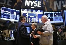Трейдеры на торгах Нью-Йоркской фондовой биржи 20 мая 2013 года. Американские фондовые рынки выросли в четверг после трехдневного снижения благодаря неожиданно хорошей макроэкономической статистике. REUTERS/Mike Segar