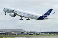 L'A350, nouvel avion long-courrier d'Airbus, a décollé vendredi de l'aéroport de Toulouse-Blagnac pour son premier vol d'essai, près de huit ans après le lancement de ce programme destiné à concurrencer le 787 Dreamliner de l'américain Boeing. /Photo prise le 14 juin 2013/REUTERS/Jean-Philippe Arles
