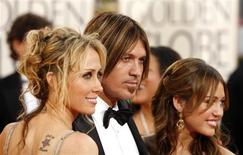 Tish Cyrus (L), Billy Ray Cyrus (C) and daughter Miley Cyrus arrive at the 66th annual Golden Globe awards in Beverly Hills, California January 11, 2009. REUTERS/Lucas Jackson