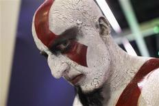 Un hombre disfrazado como el personaje Kratos del videojuego God of War en el piso de exhibiciones de la feria tecnológica E3 en Los Angeles, jun 12 2013. Pocos de los que asistieron por primera vez a la Electronic Entertainment Expo (E3) en Los Ángeles esta semana podrían haberse dado cuenta de que la industria de los videojuegos, que mueve 66.000 millones de dólares, está en un profundo declive. REUTERS/David McNew