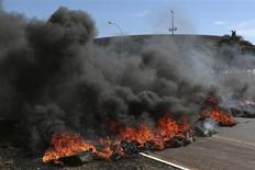 Manifestantes queimam pneus perto de estádio em Brasília, nesta sexta-feira, para protestar contra a realização da Copa das Confederações e do Mundial no Brasil. REUTERS/Ueslei Marcelino