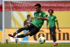 O atacante Neymar treina em Brasília nesta sexta-feira, véspera da abertura da Copa das Confederações. REUTERS/Kai Pfaffenbach