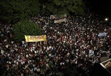 Manifestantes se reúnem em frente à sede da emissora estatal grega ERT, em Atenas, na Grécia, nesta sexta-feira. 14/06/2013 REUTERS/Yorgos Karahalis