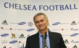 """Treinador do Chelsea, José Mourinho, fala durante coletiva de imprensa no estádio de Stamford Bridge, em Londres, 10 de junho de 2013. Mourinho pediu que os jogadores não sejam egoístas na sua segunda passagem como treinador do Chelsea ou haverá """"muitos problemas"""" em Stamford Bridge. 10/06/2013 REUTERS/Suzanne Plunkett"""