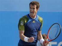 Tenista Andy Murray da Grã-Bretanha após derrotar Marin Cilic da Croácia, em Londres, 16 de junho de 2013. Murray assustou seus torcedores antes de se recuperar e vencer o croata Marin Cilic para conquistar o tricampeonato do Aberto de Queen's, neste domingo. 16/06/2013 REUTERS/Eddie Keogh