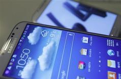 Смартфон Samsung Galaxy S4 на презентации телефона в центральном офисе Samsung Electronics Co Ltd в Сеуле 25 апреля 2013 года. Samsung Electronics Co планирует начать продажи новой версии смартфона Galaxy S4, способной передавать данные почти вдвое быстрее, чем у аналогов, сказал в понедельник в интервью Рейтер исполнительный директор компании Дж.К.Шин. REUTERS/Kim Hong-Ji