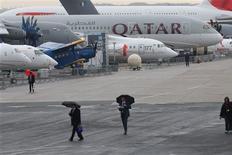 Qatar Airways a signé un accord portant sur la commande de deux avions Boeing 777-300ER et sept autres en option, d'un montant de 2,8 milliards de dollars (2,1 milliards d'euros) au prix catalogue. /Photo prise le 17 juin 2013/REUTERS/Pascal Rossignol