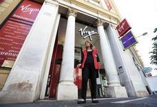 Le tribunal de commerce de Paris a prononcé lundi la liquidation judiciaire de Virgin, la chaîne de distribution de produits culturels qui emploie 960 salariés en France. /Photo prise le 10 juin 2013/REUTERS/Eric Gaillard