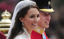 """La naissance du premier enfant du prince William et de la princesse Kate, ici le jour de leur mariage, devrait rapporter au moins 240 millions de livres sterling (280 millions d'euros environ) à l'économie britannique, selon les estimations de spécialistes de la distribution face au déluge de produits dérivés attendus pour l'arrivée du """"royal baby"""". /Photo prise le 29 avril 2011/REUTERS/Kieran Doherty"""