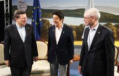 Le président de la Commission européenne José Manuel Barroso, le Premier ministre japonais Shinzo Abe et le président du Conseil européen Herman Van Rompuy, en Irlande, à Enniskillen, à l'occasion du G8. Les dirigeants des pays du Groupe des Huit ont pressé lundi la zone euro d'aller de l'avant dans la mise en place de l'union bancaire tandis que le Japon est appelé à prendre des mesures de consolidation budgétaire dans la foulée de son ambitieuse relance alimentée par une politique monétaire ultra-accommodante. /Phot prise le 17 juin 2013/REUTERS/Yves Herman