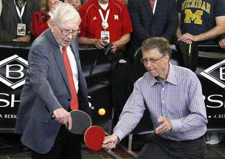 Berkshire Hathaway CEO Warren Buffett (L) plays table tennis with Microsoft Chairman Bill Gates in Omaha May 5, 2013 the day after company's annual meeting. REUTERS/Rick Wilking