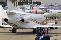 Un Falcon 7X, de Dassault Aviation exposé au Bourget. Les titres EADS, Safran, Thales et Dassault Aviation figurent parmi les valeurs à suivre à la Bourse de Paris ce mardi, deuxième jour du 50e salon aéronautique du Bourget. /Photo prise le 14 juin 2013/REUTERS/Pascal Rossignol