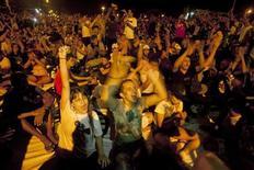 Люди скандируют антиправительственные лозунги на акции протеста в городе Белен 17 июня 2013 года. До 200.000 демонстрантов вышли на улицы крупнейших городов Бразилии в понедельник на фоне растущего недовольства населения низким качеством работы госорганов, полицейским насилием и коррупцией. REUTERS/Paulo Santos