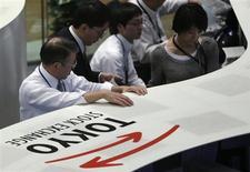 Le Nikkei, principal indice de la Bourse de Tokyo, aura gagné 51% d'ici la fin de l'année pour atteindre 15.700 points, selon l'estimation médiane d'une enquête réalisée par Reuters auprès de 18 analystes. /Photo prise le 20 mai 2013/REUTERS/Toru Hanai