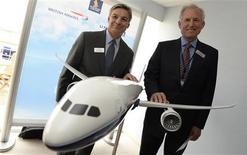 """Le directeur général de Boeing Jim McNerney (à droite) et Ray Conner, qui dirige la division Commercial Airplanes du constructeur américain, avec une maquette du futur 787-10. Cet appareil, version allongée du """"Dreamliner"""", a été lancé mardi au salon aéronautique du Bourget avec un total de 102 commandes d'un montant global de 30 milliards de dollars (22,4 milliards d'euros) au prix catalogue. /Photo prise le 18 juin 2013/REUTERS"""