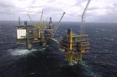 """Нефтяная платформа """"Осеберг"""" в Норвежском море 19 апреля 2007 года. Нефтегазовые компании все чаще прибегают к удаленному управлению морскими нефтяными платформами, стремясь сократить расходы и повысить эффективность, но профсоюзы беспокоятся о безопасности такого подхода. REUTERS/Helge Hansen/Scanpix"""