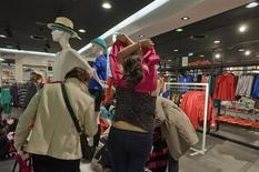 Les ventes de textile-habillement ont chuté de 10% en France au mois de mai, plombées par une conjoncture dégradée et une météo exécrable, selon les chiffres provisoires établis par l'Institut français de la mode. /Photo d'archives/REUTERS/Gonzalo Fuentes