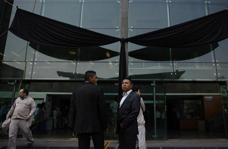 Presidential guards stand in front a black ribbon after a tribute for the victims of an explosion at the headquarters of the state oil monopoly Pemex in Mexico City February 8, 2013. REUTERS/Tomas Bravo