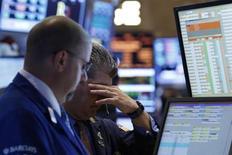 Трейдеры на Нью-Йоркской фондовой бирже 18 июня 2013 года. Американские фондовые рынки выросли во вторник второй день подряд накануне совещания Федеральной резервной системы. REUTERS/Brendan McDermid