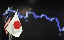 Флаги США и Японии на фоне графика динамики курса японской иены к американскому доллару в дилерской комнате в Токио 4 июня 2013 года. Доллар растет к иене на торгах в Азии, но колебания курса незначительны, так как трейдеры ждут итогов совещания ФРС, надеясь узнать о будущем стимулирующей программы. REUTERS/Yuya Shino