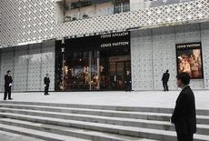LVMH, assigné par Hermès devant le tribunal correctionnel de Paris, à suivre mercredi à la Bourse de Paris. /Photo d'archives/REUTERS/Aly Song