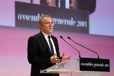 François-Henri Pinault, PDG de Kering. L'ex-PPR, en hausse de 2,36% vers 13h30, signe la plus forte progression du CAC 40 au lendemain d'une assemblée générale qui a approuvé le projet d'introduction en Bourse de la FNAC et l'ouverture de discussions en vue de céder la Redoute. Le CAC 40, de son côté, recule de 0,64% à 3.835,90 points à la mi-séance. /Photo prise le 18 juin 2013/REUTERS/Philippe Wojazer