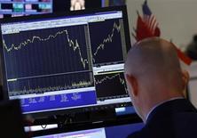 Трейдер на Нью-Йоркской фондовой бирже 19 июня 2013 года. Американские фондовые рынки упали более чем на 1 процент в среду, так как председатель ФРС Бен Бернанке сказал, что центробанк начнет сокращать стимулирующую программу в этом году. REUTERS/Brendan McDermid