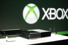 Приставка Xbox, сенсорный контроллер Kinect и джойстик на презентации для прессы в Редмонде, штат Вашингтон, 21 мая 2013 года. Microsoft Corp снимет ограничения с приставки Xbox One и разрешит играть без подключения к интернету и делиться играми, после того как на аналогичный шаг пошёл основной конкурент американской компании - японская Sony. REUTERS/Nick Adams