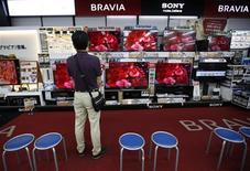 Les actionnaires de Sony ont appelé jeudi le PDG du groupe à répondre au fonds d'investissement qui plaide pour une scission partielle des activités de divertissement du groupe mais Kazuo Hirai leur a demandé un peu de patience, le temps d'étudier un projet jugé audacieux. /Photo prise le 20 juin 2013/REUTERS/Issei Kato