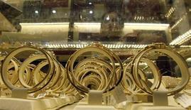 Золотые украшения в магазине в Ханое 11 июня 2013 года. Золото подешевело до минимума двух месяцев, так как ФРС дала понять, что сократит объем скупки облигаций в этом году. REUTERS/Kham