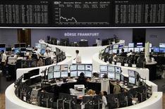 Les Bourses européennes chutent de plus de 2% jeudi à mi-séance, au lendemain de la confirmation par la Fed de son intention de commencer à réduire ses rachats d'actifs vers la fin de l'année. Vers 13h, le CAC 40 chute de 2,48% à Paris, le Dax perd 2,45% à Francfort et le FTSE cède 2,3% à Londres. /Photo prise le 20 juin 2013/REUTERS/Remote/Lizza David