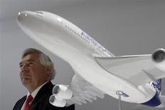 """Airbus propose aux compagnies aérienne une version """"régionale"""", plus courte, de son modèle A350-900, a annoncé jeudi le directeur commercial d'airbus, John Leahy, lors du salon aéronautique du Bourget. Cette version sera proposée avec des réacteurs Rolls-Royce de puissance inférieure, conçus pour des liaisons plus courtes que le modèle de base. /Photo prise le 20 juin 2013/REUTERS/Pascal Rossignol"""