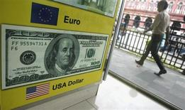 Мужчина проходит мимо рекламного объявления пункта обмена валют в Коломбо 11 июня 2013 года. Доллар США отошел от двухнедельного пика к валютной корзине, но сохраняет сильные позиции по отношению к валютам развивающихся стран. REUTERS/Dinuka Liyanawatte