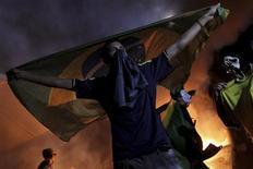 Демонстранты у здания Национального конгресса в городе Бразилиа 20 июня 2013 года. Волна протестов в Бразилии достигла небывалых масштабов в четверг, когда на улицы городов по всей стране вышли около миллиона человек, выступая против высоких налогов, инфляции, коррупции и низкого уровня государственных услуг. REUTERS/Ueslei Marcelino