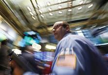 La volatilité pourrait bien être la tendance de l'été à Wall Street car les investisseurs sont divisés sur les conséquences du ralentissement annoncé de la politique de soutien à l'économie de la Réserve fédérale des Etats-Unis. /Photo prise le 20 juin 2013/REUTERS/Brendan McDermid